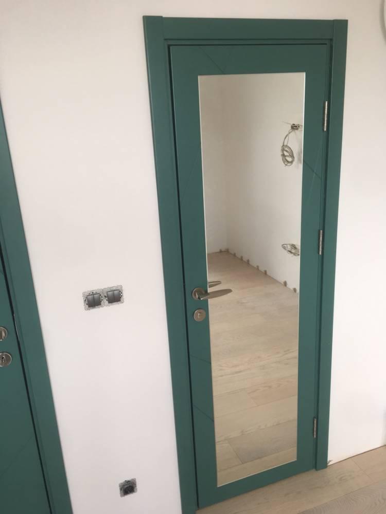 Вътрешна врата от боядисан в тъмно-зелено MDF. Вратата е със залепено огледало.